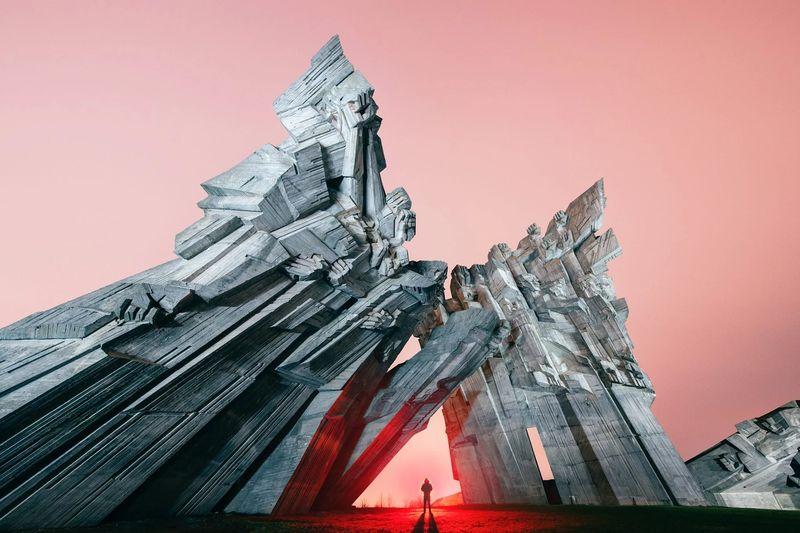 A designer e fotógrafa Yang Xiao trabalha desfazendo a linha entre fantasia e realidade na sua série de fotos que receberam o nome de Monumentos Eternos no Escuro, do inglês Eternal Monuments in the Dark. Esse projeto é centrado na arquitetura brutalista e no modernismo soviético que existe em muitos dos países do leste europeu.