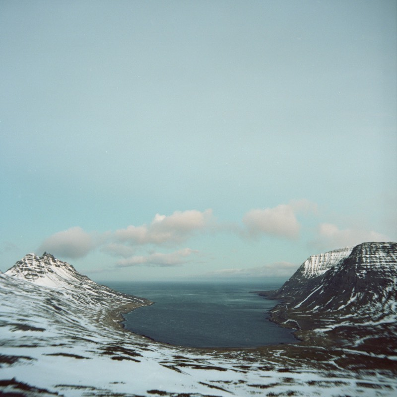 Para Tom Kondrat, tirar fotos é uma espécie de meditação e posso acreditar nessa explicação sem problemas. Essa foi uma das frases que ele soltou quando conversou com a revista This is Paper sobre as fotografias que fez na Islândia.