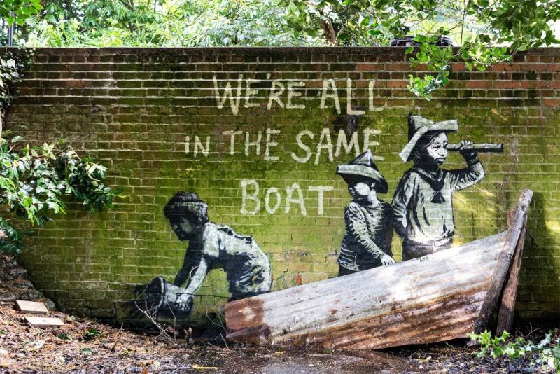 No que foi chamado de A Great British Spraycation, dez novos trabalhos de Banksy apareceram pelas cidades costeiras do Reino Unido durante o verão. As imagens são interpretações divertidas e espirituosas de elementos comuns nas férias no país.