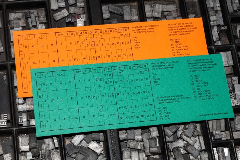 Para o design da identidade visual do London Centre for Book Arts, a dupla de designers do Studio Bergini, Francesco Corsini e Kristian Hjorth Berge, resolveram se aprofundar na história local como referência tipográfica. Tudo isso porque uma conexão com a fundição Caslon não pode ser deixada de lado.