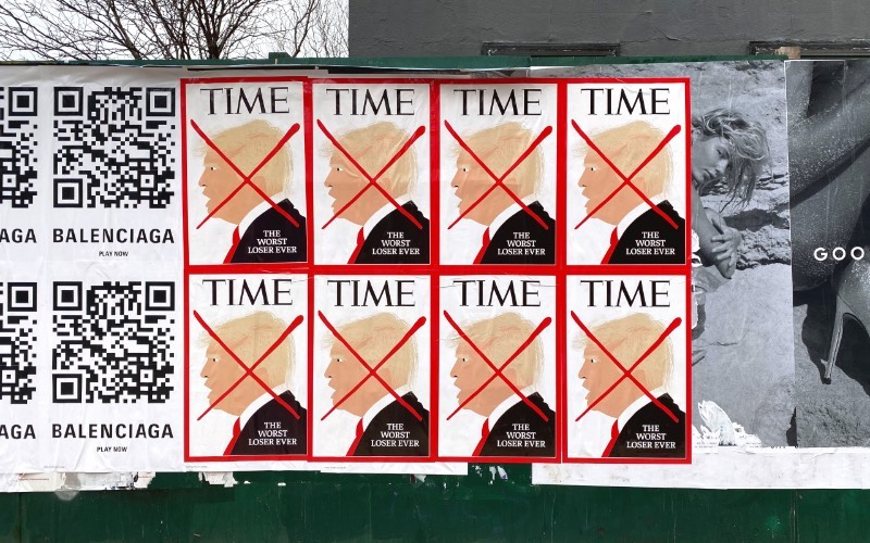 Conheci o trabalho de protesto de rua que Winston Tseng faz através de inúmeras imagens que apareceram nos últimos meses pelas redes sociais que estou. Essas imagens normalmente referenciam a cultura dos dias de hoje nos Estados Unidos com a presença de bonés vermelhos e bandeiras confederadas, além daqueles que protestam as vacinas contra a COVID-19.