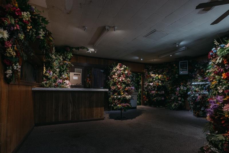 A pequena população de Port Austin, no estado americano de Michigan, depende muito do turismo para fomentar sua economia. Foi essa dependência externa que a artista Lisa Waud resolveu contestar com seu projeto chamado de Party Store.