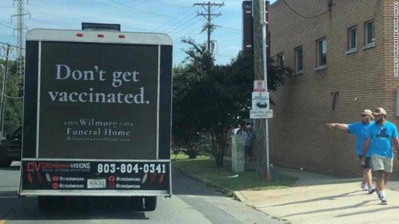 """Um caminhão preto anda pelas ruas de Charlotte, na Carolina do Norte. Nele você pode ler a frase """"Don't get Vaccinated"""" e o nome de uma agência funerária local e foi assim que a BooneOakley criou a melhor campanha a favor da vacinação que vi desde o começo da pandemia."""