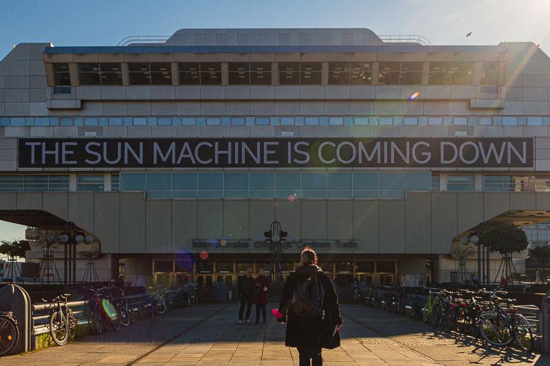 The Sun Machine is Coming Down durou dez dias em outubro de 2021. Foi uma maneira empolgante de incentivar os visitantes a explorar um pedaço da cidade fechado ao público por anos. Para mim, o mais fascinante sobre esta exposição foi como a arquitetura do ICC moldou as obras de arte apresentadas e como esse edifício realmente é interessante.